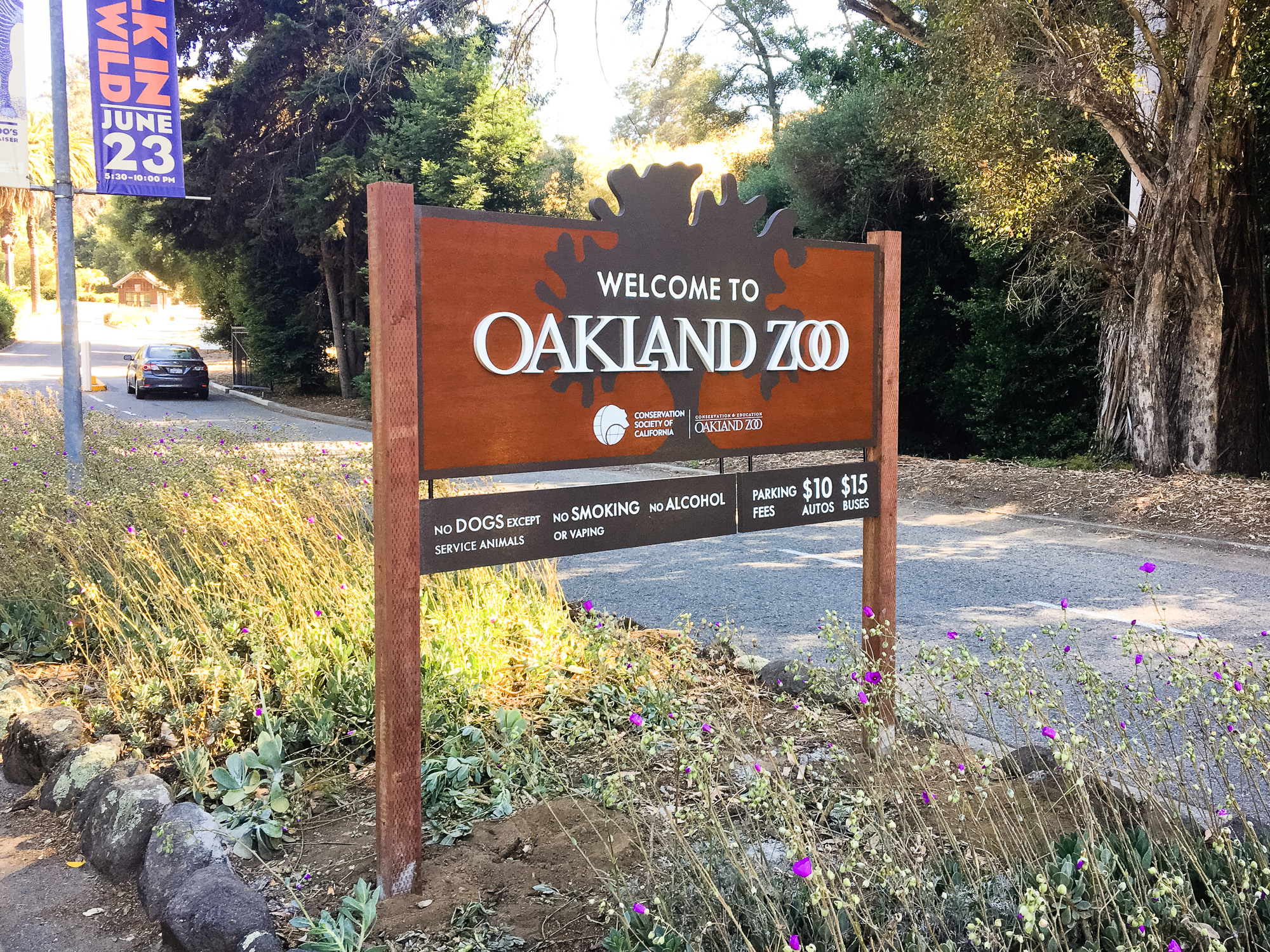 Oakland zoo outdoor national park style wood post sign